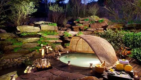 深度为30-40厘米(多在水池边缘附近) 造成人工的沼泽池,放水后长期湿润 宜于浅水植物或沼泽植物生长  深度为70厘米 其中含泥土(或种植盆高)40厘米 盆上水深20厘米,距池沿10厘米  深度为1.5米 其中含泥土厚(或种植盆高)40厘米 盆上水深100厘米,距池沿10厘米 三种深度的水面大小 按所选用的植物及反映倒影的需求酌情决定 【反映倒影】