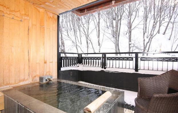 二世古町,又称二世古是日本北海道后志支厅中部一个以旅游为产业的城镇。  这里自古就是滑雪场,素有东洋桑莫历弛之称,滑雪泡温泉是来到这里游玩人们的理想选择。 坐落于二世古小镇内的鹤雅别墅温泉馆是当地乃至全日本非常有名气的一家以温泉观光为特色的温泉度假场所。 温泉馆整体设计风格采用凛然的和的形态上加上洋的舒适性,再融入二世古当地可以令人感受到的悠然自得的感觉,营造森林气息与呼吸相和谐的丰富时光。  温泉馆外景  温泉馆外景